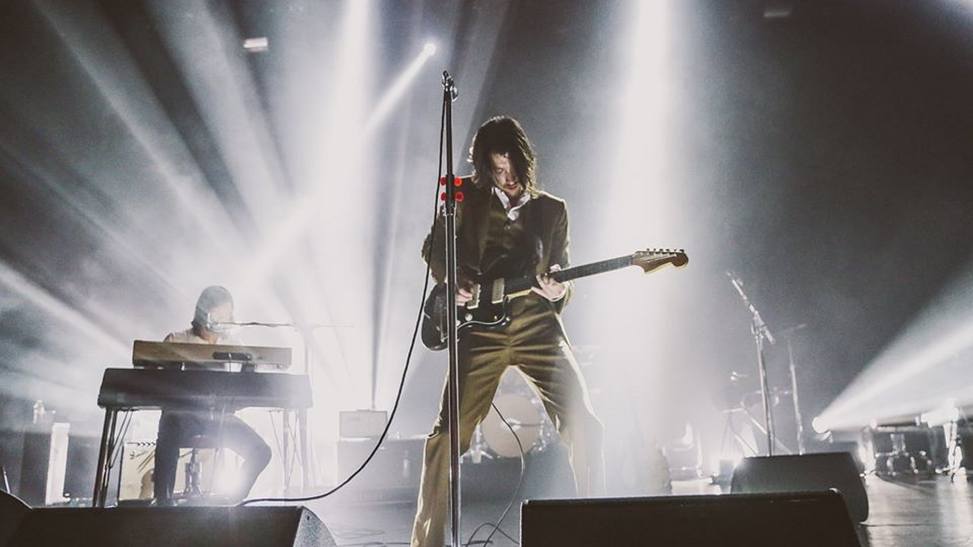 Arctic Monkeys sorteará guitarra de Alex Turner