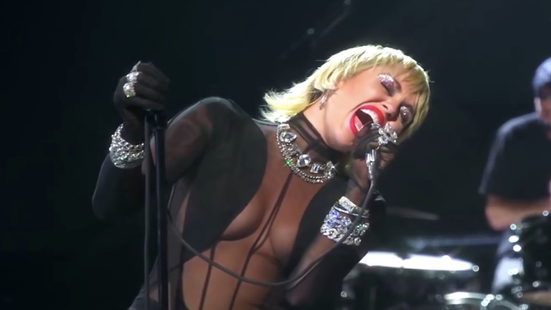 Vea a Miley Cyrus versionando 'Heart of Glass' de Blondie